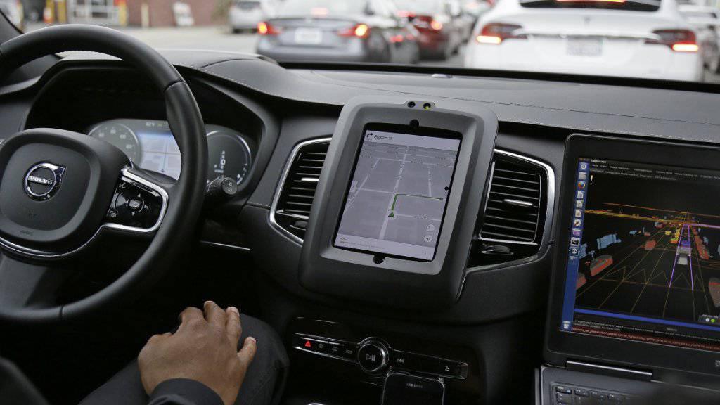 Ob mit oder wie hier ohne Fahrer unterwegs: Auch Roboterautos stecken gelegentlich im Stau - Uber darf solche nun in Kalifornien fahren lassen. (Archivbild)