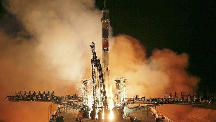 Vor gut fünf Monaten schlug der Start einer Sojus-Rakete fehl - nun starten Raumfahrer in der Nacht auf Freitag einen erfolgreichen Anlauf.
