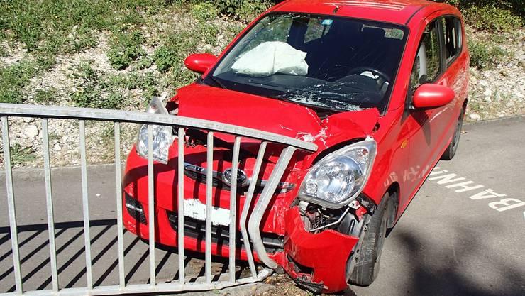 Bei einem Selbstunfall prallte ein 75-jähriger Schweizer mit seinem Fahrzeug gegen ein Geländer.