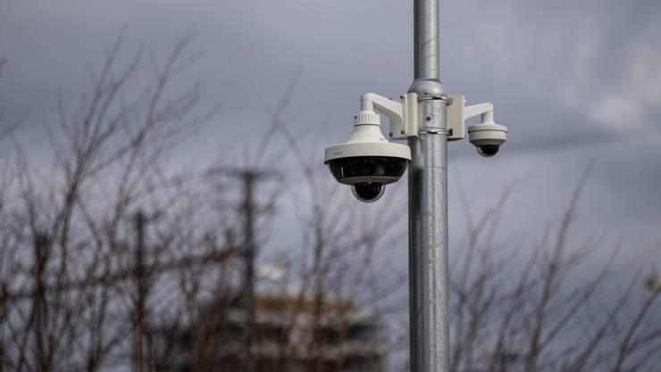 Eine Überwachungskamera im öffentlichen Raum. (Symbolbild)