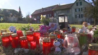 Kurz vor Heiligabend wurde in Dürrenäsch eine Mutter mit ihren beiden Kindern angefahren. Das Baby verstarb. Die Anteilnahme der Gemeinde ist gross.