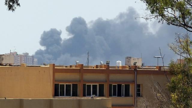 Rauchsäulen nach einem NATO-Angriff auf Tripolis