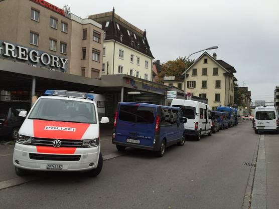 Stadt- und Kantonspolizei Zürich waren mit einem Grossaufgebot vor Ort.