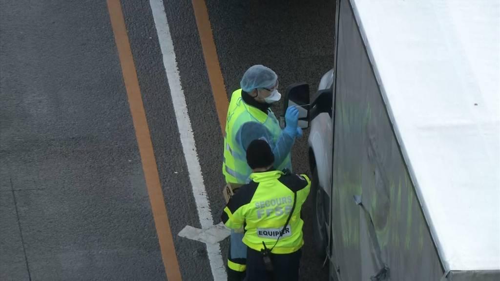 Dover (GB): Tausende Trucker müssen sich testen lassen