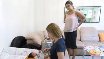 Beim Hausbesuch untersucht die Hebamme Mutter und Kind. Familystart übernimmt die Vermittlung.