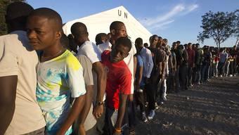 Haitianer stehen an um ihre Stimme abzugeben: Die Beteiligung an der Parlamentswahl ist sehr tief.