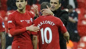 Coach Roberto Martinez gratuliert Goalgetter Shaun Maloney zum 1:0.