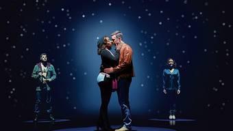 Rachel (Mitte, Aisata Blackman) und Frank (Jo Weil) gestehen sich ihre Liebe. Der Stalker (links, Christopher Neris) und Rachels Schwester (rechts, Andrea del Solar) sind stumme Zeugen.