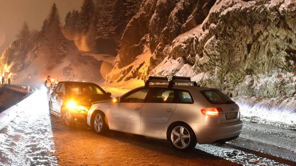 Eine 20-jährige Lenkerin verlor auf der Fahrt in Richtung Julierpass auf der schneebedeckten Strasse die Kontrolle über ihr Auto.