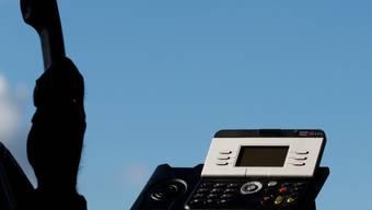 Die Betrüger geben sich am TElefon für Polizisten aus. (Symbolbild)