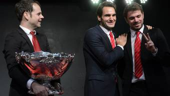 Davis-Cup Teamcaptain Severin Lüthi (links) freut sich zusammen mit Roger Federer und Stanislas Wawrinka.