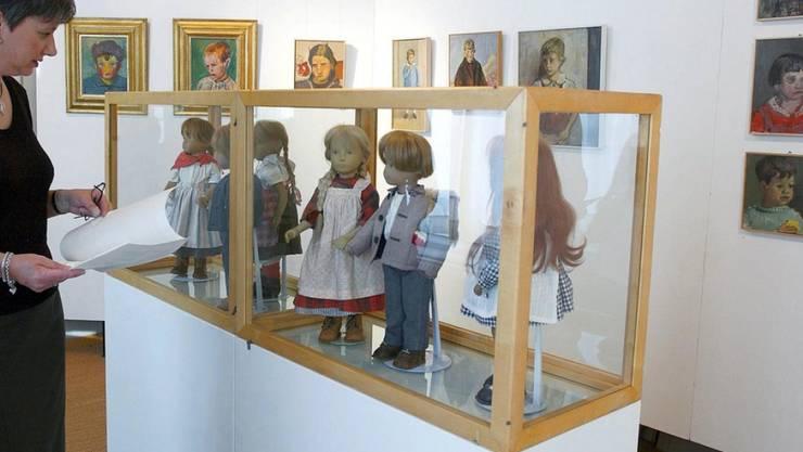 Die Puppen und Stofftiere aus der Sammlung von Sasha Morgenthaler (hier bei einer Ausstellung in Steffisburg 2001) können Interessierte bald im Zürcher Spielzeugmuseum besichtigen (Archiv)