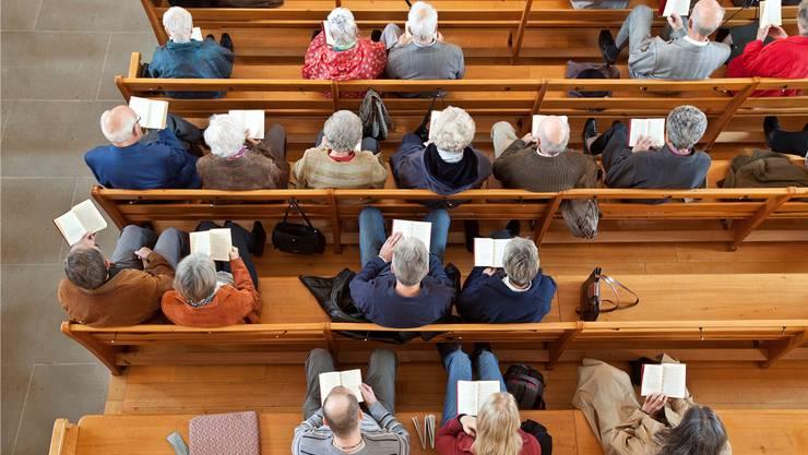 Zu dicht darf man in Gottesdiensten derzeit nicht sitzen. (Symbolbild)