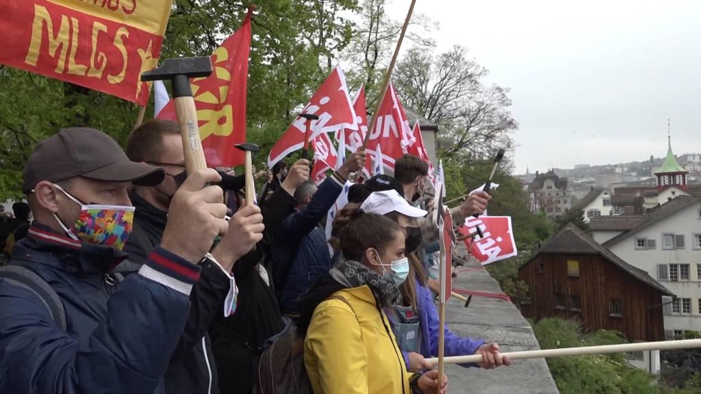 Gewerkschaften demonstrieren in Zürich für Mindestlöhne und Gesamtarbeitsverträge