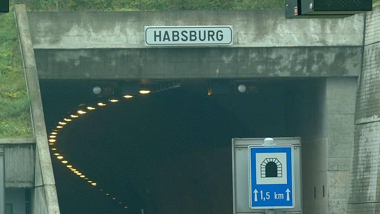 Im Habsburgtunnel befindet sich ein defektes Fahrzeug. Der rechte Fahrstreifen ist gesperrt. (Symbolbild)