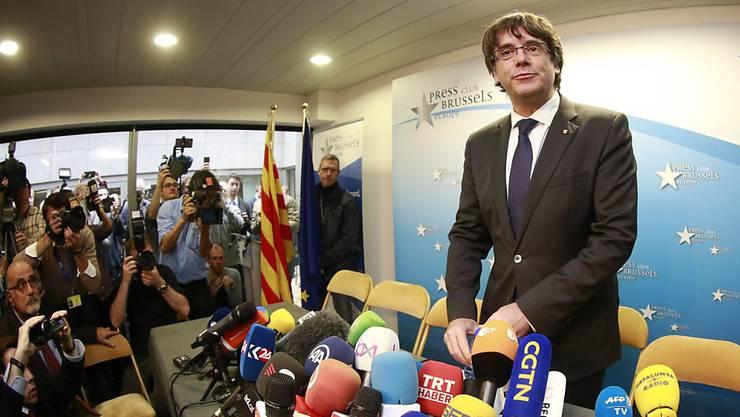 Der ehemalige katalanische Regionalpräsident Carles Puigdemont will kein politisches Asyl in Belgien beantragen. Dies sagte er am Dienstag an einer Medienkonferenz in Brüssel.