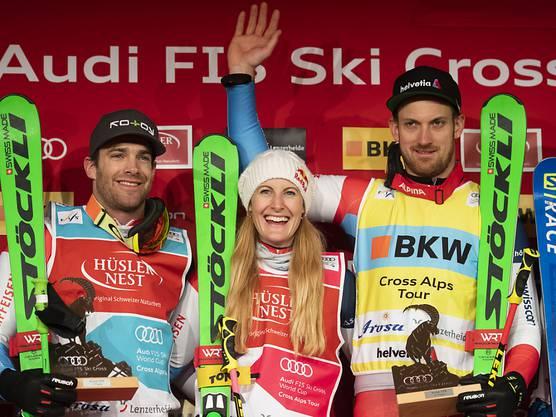 So sehen Sieger aus: Die Schweizer Podiumsfahrer Jonas Lenherr (links), Fanny Smith und Alex Fiva (rechts) strahlen um die Wette