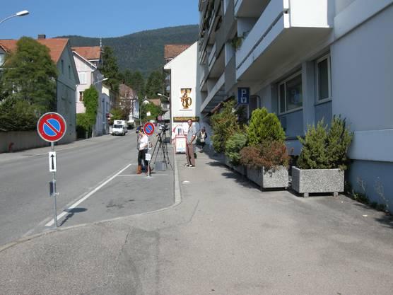 Während der Tatort-Begehung mit den mutmasslichen Tätern warten die Medienleute vor der Wohnung
