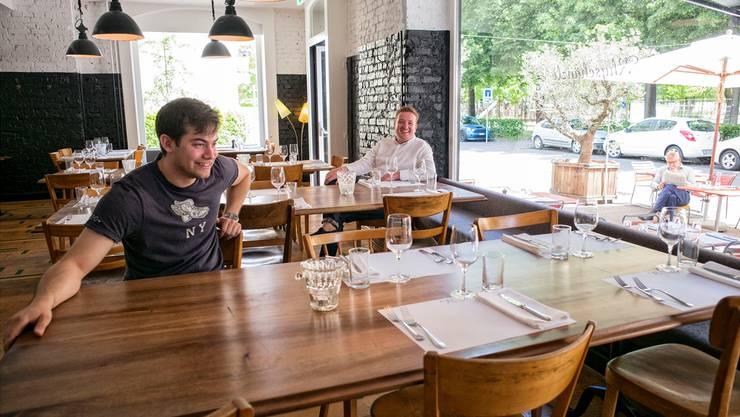 Auf der Sonnenseite der Gastrobranche: Hermès Beurret (links) und Cyrill Lang von der Rhyschänzli-Gruppe im gleichnamigen Lokal.Roland Schmid