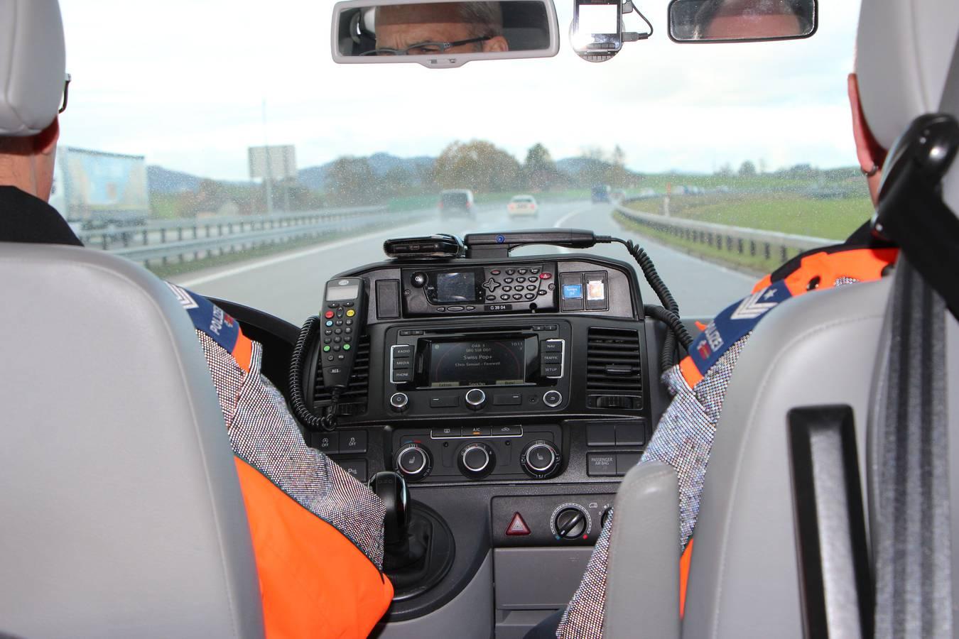Die Patrouillen der Kantonspolizei St.Gallen ziehen bei Schwerverkehrskontrollen auf St.Galler Autobahnen 14 Mal pro Jahr verdächtige Lastwagen aus dem Verkehr. (© FM1Today/Krisztina Scherrer)