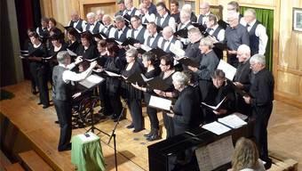 Der Männerchor Etziken und der Kirchenchor Aeschi vereint mit ihrem Dirigenten Robert Flury.apb