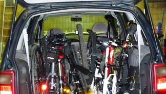 Der Velodieb hat alle geklauten Fahrräder in seinem Van verstaut.