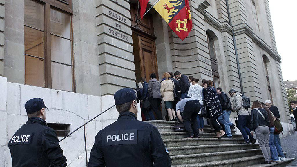 Grosser Publikumsandrang beim Prozess zum Tötungsdelikt Adeline im Genfer Justizpalast im Oktober 2016.  (Archiv)