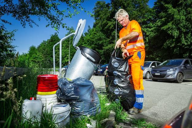 Hansruedi Aeschbach, Mitarbeiter Strassenunterhalt beim Werkhof in Lenzburg, leert zweimal pro Woche die Abfalleimer.