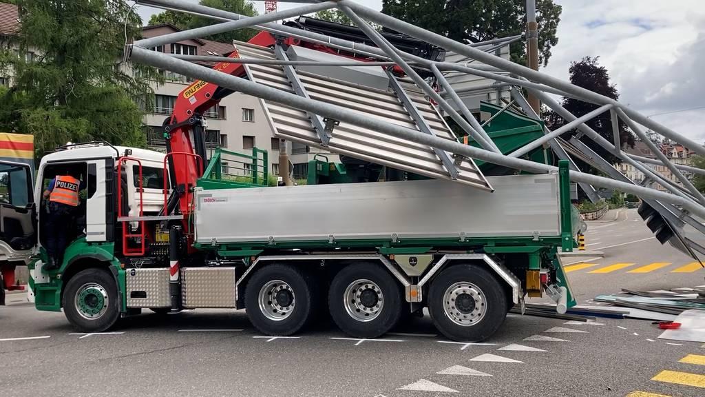 Lastwagen reisst Ampeln und Schilder nieder – 70'000 Franken Schaden