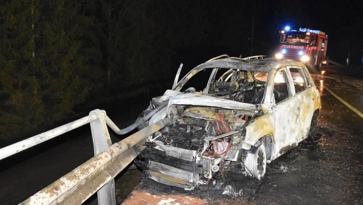 Völlig ausgebrannt konnten sich die beiden Autoinsassen vor einer Woche ins Freie retten. Für den Beifahrer bedeutete der Unfall nun den Tod.