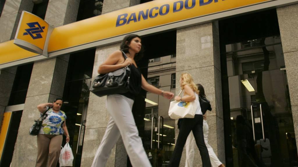 Der Chef der Banco do Brasil muss auf Druck von Staatspräsident Bolsonaro den Hut nehmen: Passanten vor einer Filiale in Rio de Janeiro (Archivbild).