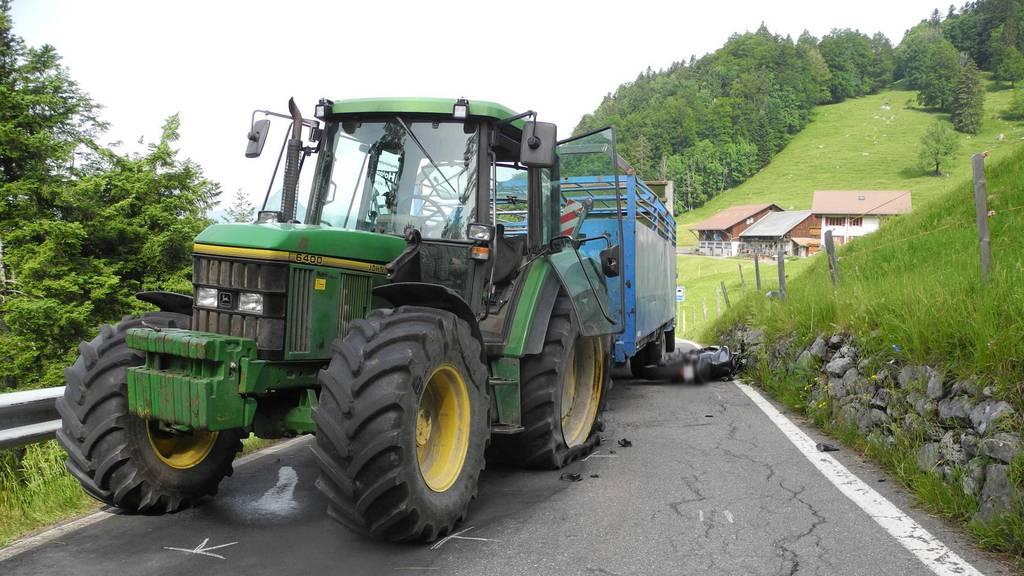 Motorradfahrer verletzt sich bei Zusammenprall mit Traktor
