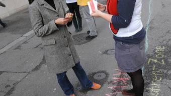 Mitten durchs Stedtli: Leicht überspitzt, aber publikumswirksam hat das Junge Grüne Bündnis eine atomare Demarkationslinie durch Liestal gezogen. (Juri Junkov)