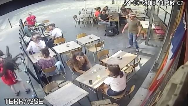 Mann ohrfeigt Frau auf offener Strasse