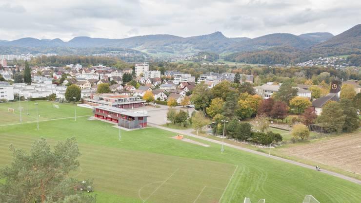Die Sportanlage mit Garderobengebäude (rot), Parkplatz und Kirche samt Friedhof (rechter Bildrand)