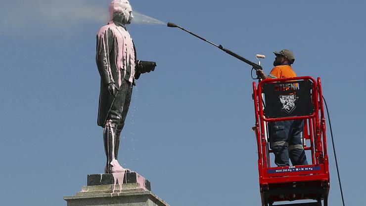 """""""Kein Stolz"""": Eine Statue des britischen Kapitäns und Kolonialisten James Cook in Melbourne wurde von mit pinker Farbe verschmiert."""