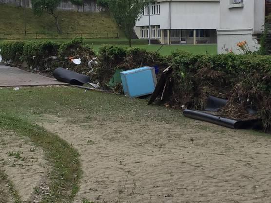 Am Zaun oberhalb des Gemeindehauses wurde allerlei Schwemmgut angeschwemmt