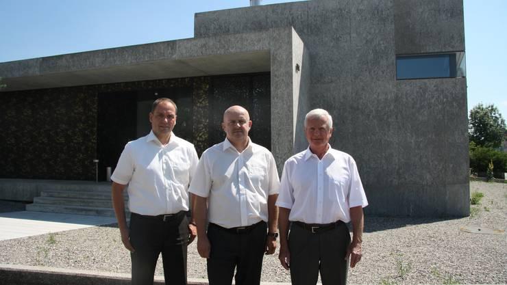 Thomas Giuliani, Roland Meyer und Ruedi Messer vor dem Neubau an der Bielstrasse