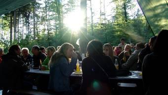 Stimmungsvolles Festen und Feiern im Aescher Grünhaldenwald.   Mu