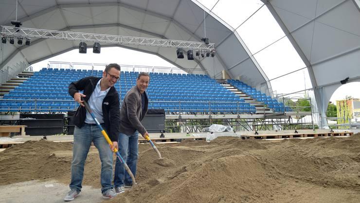 Sand schaufeln im Beach Style Dome: Marco Kühne (links) und Thomas Denzel helfen bei den letzten Vorbereitungen für das Geburtstagsfest mit.