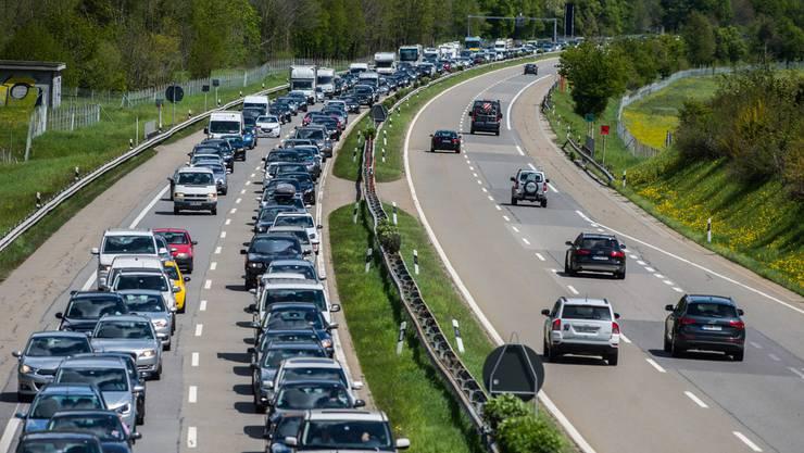 Vor allem um die stark befahrenen Autostrassen zu entlasten, entschloss der Bund, ein Bahnnetz durch die Alpen zu bauen: Die Neue Eisenbahn-Alpentransversale, kurz NEAT, war geboren.