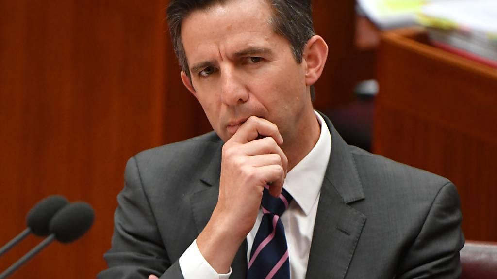Simon Birmingham, Finanzminister von Australien, während der Fragestunde im Senatssaal im Parlamentsgebäude. Der Streit zwischen der australischen Regierung und dem Internetriesen Facebook eskaliert. Foto: Mick Tsikas/AAP/dpa