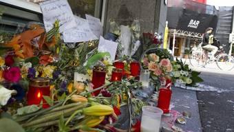 Kerzen und Blumen gedenken dem Opfer der Messerstecherei vor dem Klub Kaufleuten