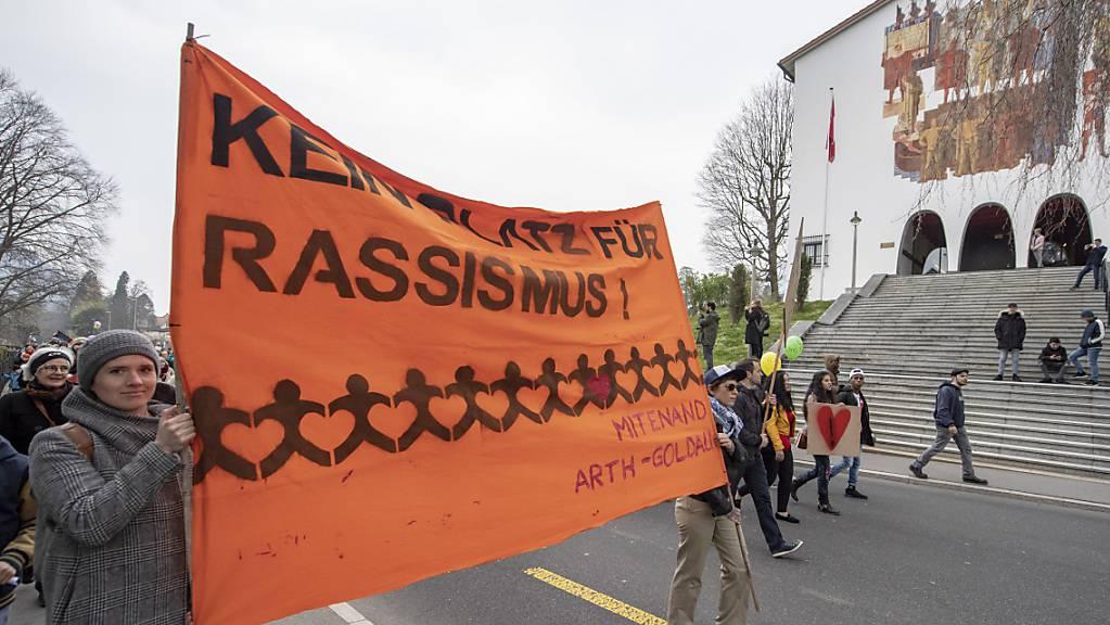 Demonstration gegen den Ku-Klux-Klan-Auftritt an der Schwyzer Fasnacht. (Archivbild)