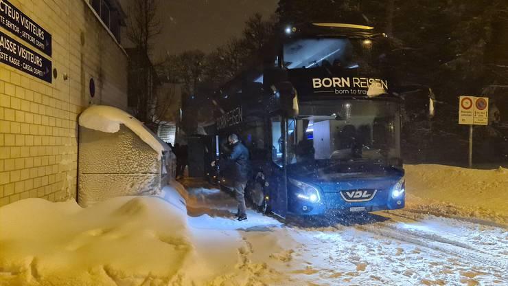 20.05 Uhr: Der EHC Olten, hier entsteigt Sportchef Marc Grieder dem Car, kommt mit grosser Verspätung in La Chaux-de-Fonds an.