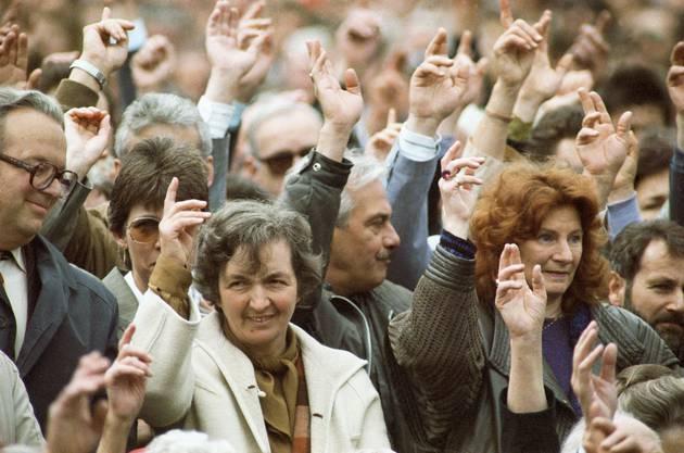 Der 28. April 1991 ist ein historischer Tag: Erstmals in der Geschichte dürfen auch Frauen an der Landsgemeinde Appenzell teilnehmen.
