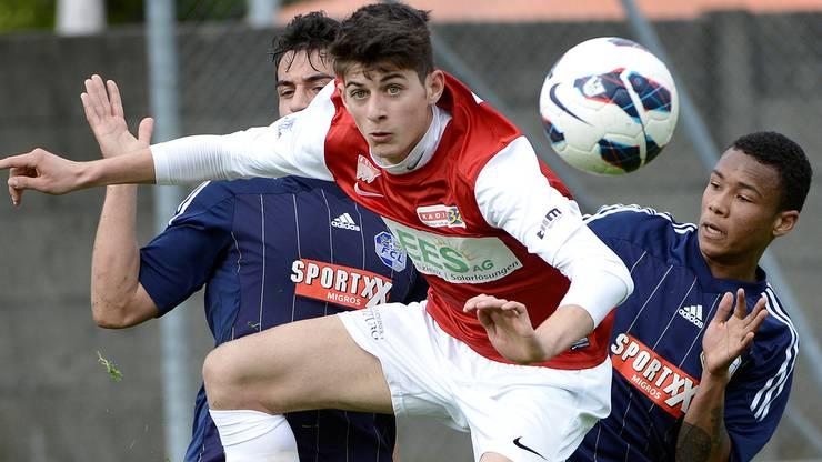 Solothurns Massimo Veronica (M) im Kampf um den Ball gegen Luzerns  Bujar Lika (L) und Chris Kablan (R)