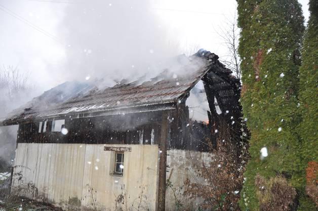 Der Dachstock eines freistehenden Schuppens geriet aus noch unbekannten Gründen in Brand.