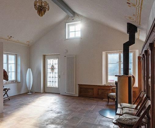 Die Wohnung aus dem 20. Jahrhundert mit alten Täferungen und Jugendstil-Türe.