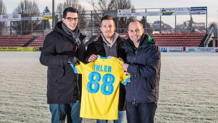 Urs Unterlerchner (mitte) hat das Trikot ersteigert. FCS-Präsident Samuel Scheidegger (rechts) und Fabian Brunner (links, zuständig für Kommunikation) übergeben ihm das signierte Leibchen.